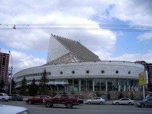 """здание театра  """"Глобус """" на ул. Ка́менской, 1."""